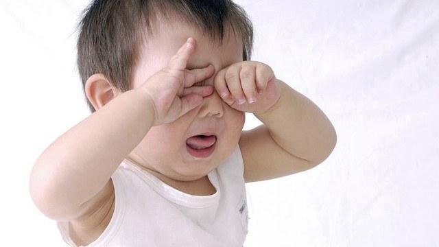 孩子晚上不肯睡觉,为何哭闹之后又睡着了?看完原因心疼宝宝